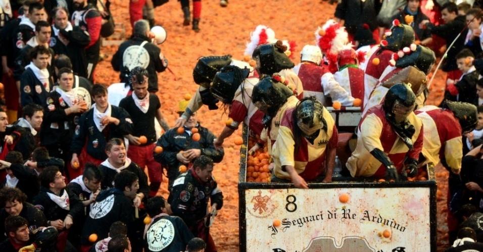 4.mar.2014 - Pessoas atiram laranjas umas nas outras durante a Batalha das Laranjas, tradição do Carnaval de Ivrea, cidade próxima a Turim, na Itália