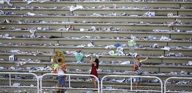 Pessoas tiram fotos em arquibancada vazia na Marquês de Sapucaí, no Rio, após a segunda noite de desfiles das escolas de samba