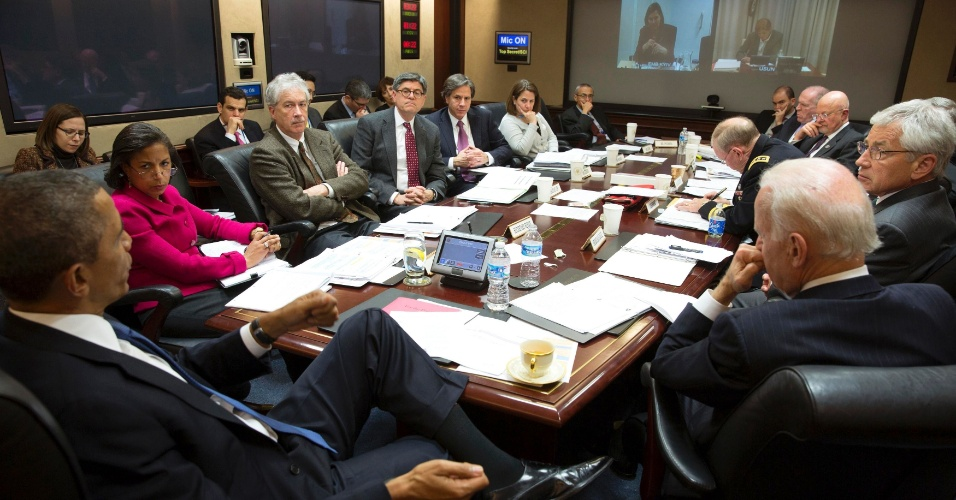 4.mar.2014 - Presidente dos Estados Unidos, Barack Obama (à esq.) convocou uma reunião do Conselho de Segurança Nacional na Sala de Situação da Casa Branca, em Washington, para discutir a situação na Ucrânia e da Rússia, na última segunda-feira (3). Foto divulgada nesta terça-feira (4)