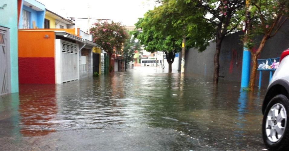 4.mar.2014 - Rua Falchi Gianinni, na zona leste, fica inundada após chover durante menos de uma hora na capital paulista