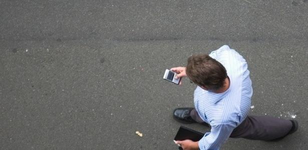 Exceção da lei fica para quando o pedestre tiver que fazer chamadas de emergência