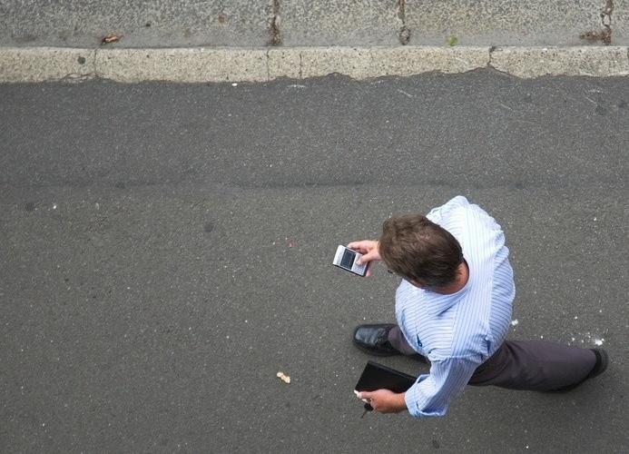 4.mar.2014 -O PERIGO DO TEXTING AO CAMINHAR - O pesquisador Dietrich Jehle, professor de medicina emergencial na Universidade de Buffalo, nos EUA, diz que mandar mensagem de texto enquanto caminha é mais perigoso do que ao dirigir. Segundo ele, 10% dos acidentes com pedestres se devem ao uso de celular. Os acidentes mais comuns são esbarrar em paredes, cair de escadas, tropeçar na rua ou atravessar a rua sem cuidado. A questão é tão comum que, em Londres, para-choques foram colocados em postes de luz ao longo de uma avenida frequentada para evitar que pessoas batam neles. Uma pesquisa da Universidade de Ohio descobriu que o número de pedestres que deram entrada no pronto-socorro por acidentes quando estavam no celular triplicou de 2004 a 2010, sendo que os jovens de 16 a 25 são os mais sujeitos a acidentes