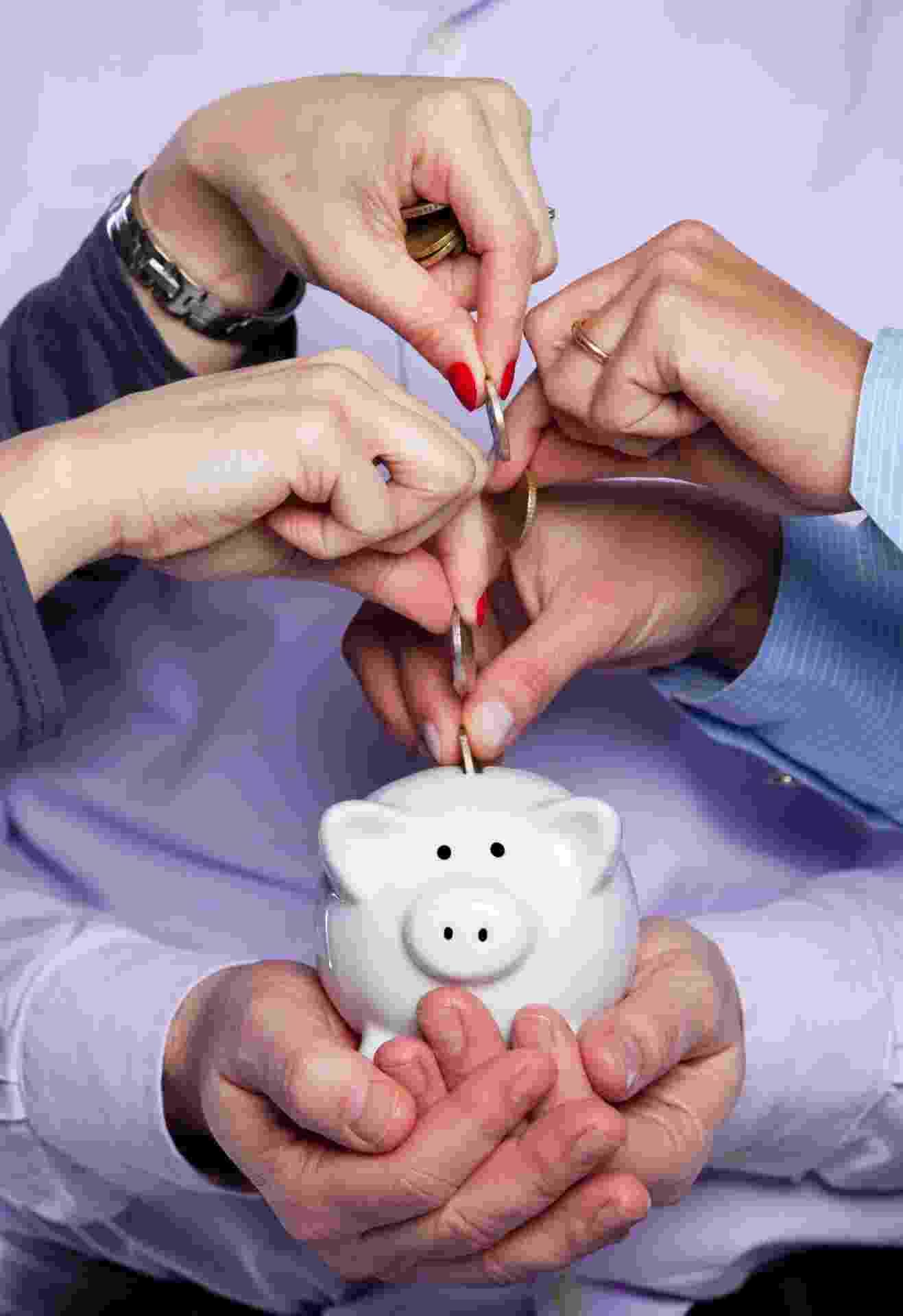 doação coletiva, porquinho, cofre, moedas, doações, várias pessoas doando - Shutterstock