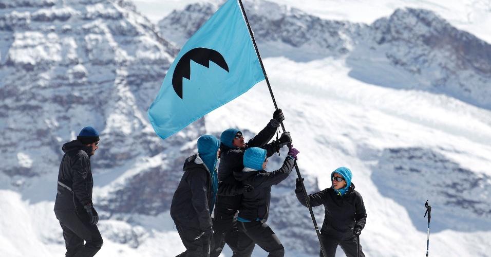 2.mar.2014 - Ativistas do Greenpeace erguem bandeira no glaciar Olivares durante a fundação da simbólica