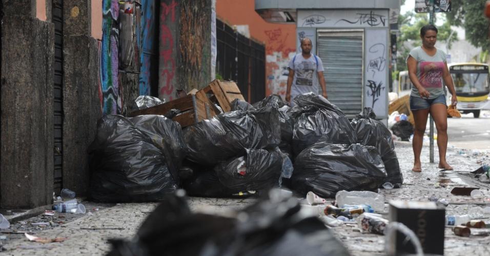 5.mar.2014 - As ruas da Lapa, na região central do Rio de Janeiro, amanheceram tomadas pelo lixo nesta quarta-feira de cinzas (5). Os garis estão em greve desde o último sábado (1º), o que provocou um acúmulo de lixo durante o Carnaval. Hoje, o problema continua em várias partes da cidade, inclusive no centro, onde o lixo deixado por foliões e ambulantes ocupa as calçadas e os cantos de algumas avenidas. Em bairros onde houve grande concentração de foliões, como Ipanema, Glória e Lapa, o mau cheiro e os resíduos deixados continuam no local