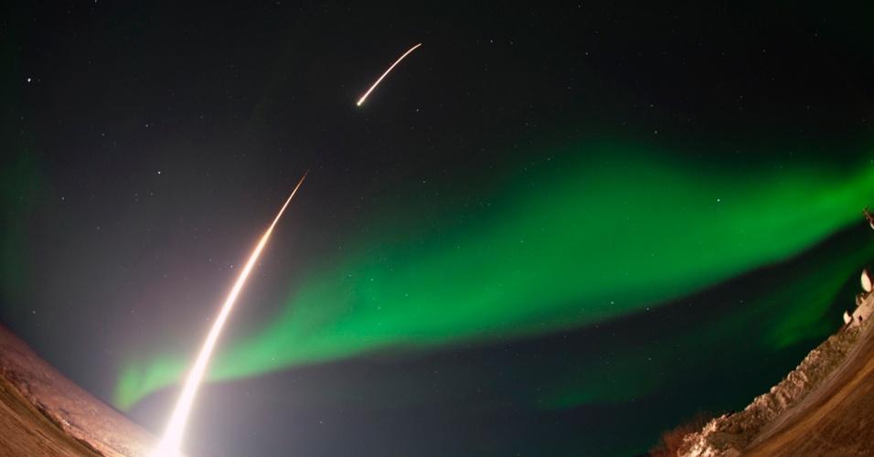 5.mar.2014 - Foguete da Nasa é lançado em meio a aurora sobre Venetie, no Alasca, em foto tirada no dia 3 e divulgada nesta quarta-feira (5). A missão irá estudar as ondas típicas da aurora no céu, à noite