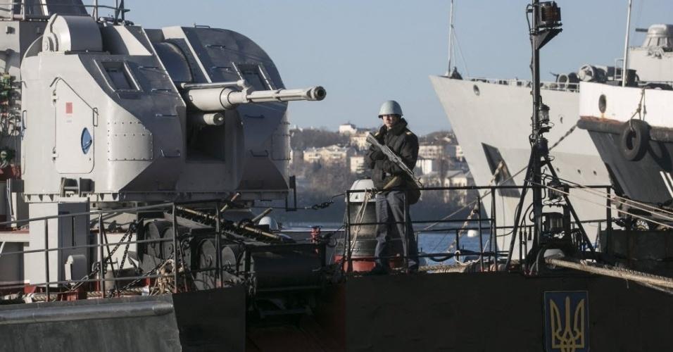 5.mar.2014 - Membro da Marinha ucraniana faz guarda em navio próximo ao porto da Crimeia. Forças russas assumiram o controle parcial de uma base de lançamento de mísseis em Evpatoria, oeste da Crimeia, região autônoma da Ucrânia cuja maioria é alinhada à Rússia