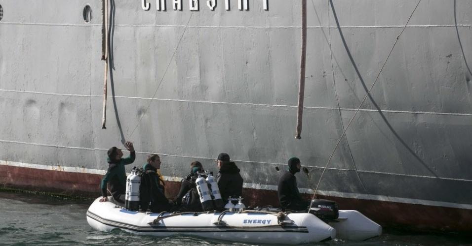 5.mar.2014 - Mergulhadores da Marinha ucraniana fazem verificação em navio próximo ao porto da Crimeia. Forças russas assumiram o controle parcial de uma base de lançamento de mísseis em Evpatoria, oeste da Crimeia, região autônoma da Ucrânia cuja maioria é alinhada à Rússia