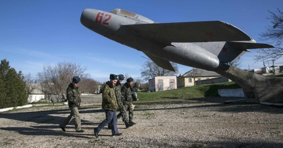 5.mar.2014 - Militares ucranianos caminham em unidade militar localizada na aldeia de Lyubimovka perto de um campo de pouso na Crimeia. Forças russas assumiram o controle parcial de uma base de lançamento de mísseis em Evpatoria, oeste da Crimeia região autônoma da Ucrânia cuja maioria é alinhada à Rússia
