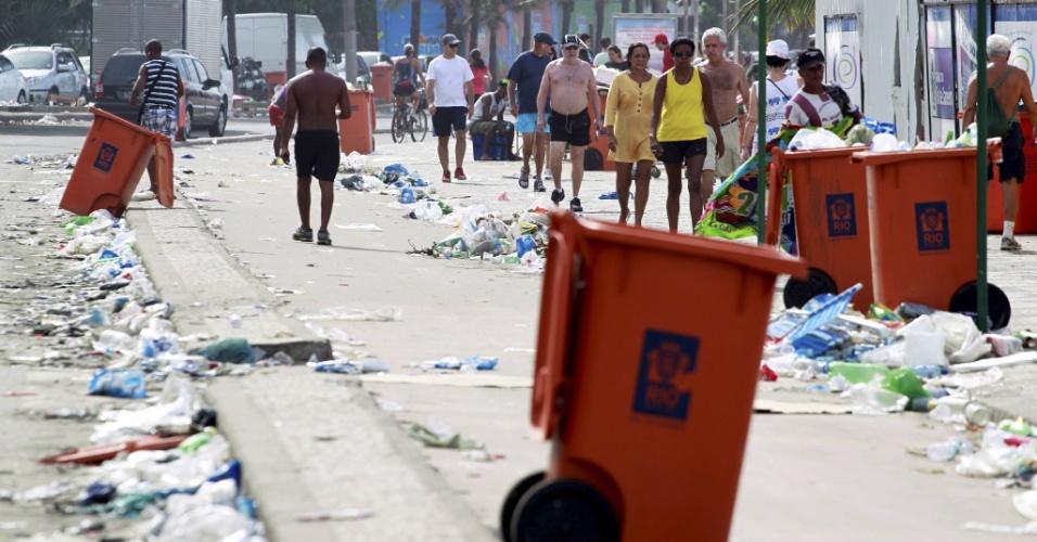 5.mar.2014 - A ciclovia da avenida Vieira Souto, em Ipanema, zona sul do Rio de Janeiro, estava cheia de lixo na manhã desta quarta-feira (5). A greve dos garis começou no sábado (1º), provocando um acúmulo de lixo durante o Carnaval. Hoje, o problema continua em várias partes da cidade, inclusive no centro, onde o lixo deixado por foliões e ambulantes ocupa as calçadas e os cantos de algumas avenidas. Em bairros onde houve grande concentração de foliões, como Ipanema, Glória e Lapa, o mau cheiro e os resíduos deixados continuam no local
