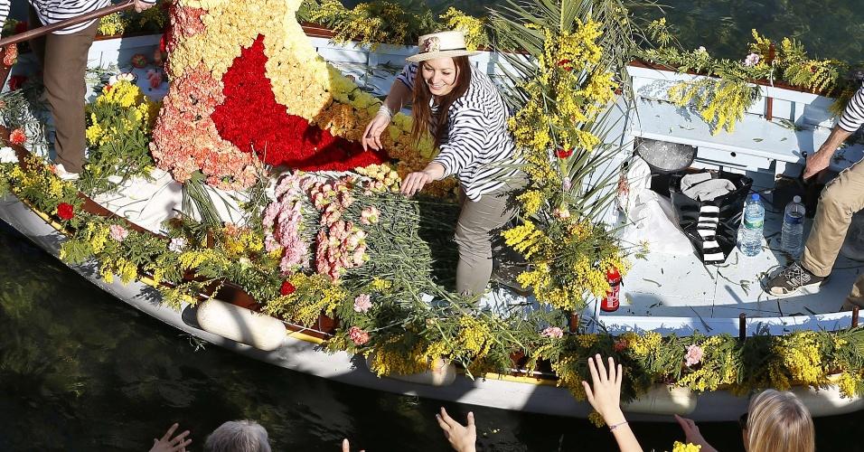 """5.mar.2014 - Pessoas participam da """"batalha das flores"""", um evento tradicional do Carnaval em Villefranche-sur-Mer, sudeste da França, nesta quarta-feira (5)"""