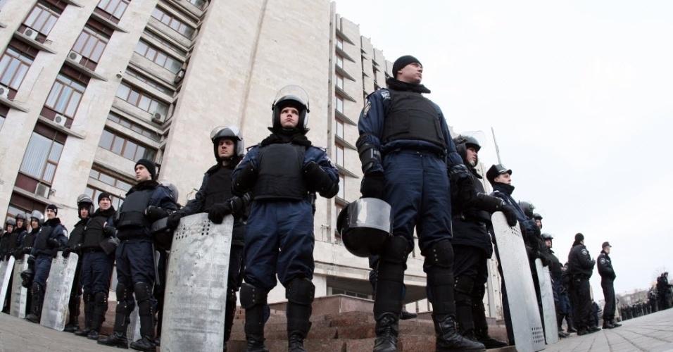 5.mar.2014 - Policiais se posicionam em frente a prédio administrativo na cidade ucraniana de Donetsk. O autoproclamado governador da região Paul Gubarev convocou manifestantes pró-RussIa a invadirem o prédio