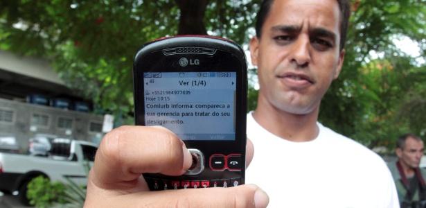 Rogério Pereira Coutinho que era funcionário da Comlurb, foi comunicado sobre a demissão por uma mensagem de celular - Bruno Gonzalez / Extra / Agência O Globo