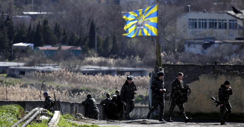 5.mar.2014 - Soldados ucranianos são fotografados dentro de base militar de Bilbek em Sebastopol, Crimeia, na Ucrânia, nesta quarta-feira (5). O fim do regime do presidente ucraniano, Viktor Yanukovych, deixou o mundo inteiro preocupado com o futuro da Ucrânia. Crimeia é uma península estratégica em que agora, no seu parlamento, tem existido pressões separatistas violentas para declarar a independência da Ucrânia. Por sua vez, a Rússia se posicionou no porto de Sevastopol para pressionar a região