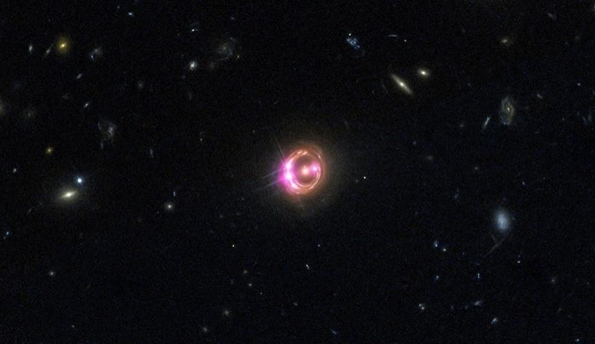 5.mar.2014- BURACO NEGRO VEM DE COLISÃO - Astrônomos usaram o Observatório de Raios -X Chandra da Nasa (Agência Espacial Norte-Americana) e da Esa (Agência Espacial Europeia) para ver que um buraco negro supermassivo a seis bilhões de anos-luz da Terra está girando muito rapidamente. Esta primeira medição direta da rotação de um buraco negro tão distante e ajuda a entender sua formação. Os buracos negros são definidos por apenas duas características simples: massa e rotação. Ao medir a rotação dos buracos negros distantes pesquisadores descobrem pistas importantes sobre como esses objetos crescem ao longo do tempo. Se os buracos negros crescem principalmente de colisões e fusões entre galáxias, eles devem acumular material em um disco estável, e com o fornecimento regular de material novo, o disco gira rapidamente. Em contrapartida, se os buracos negros crescem através de muitos episódios pequenos, eles vão acumular material que vêm de direções aleatórias, o que torna a rotação mais lenta. A descoberta de que o buraco negro em RX J1131 está girando em mais da metade da velocidade da luz sugere que este buraco negro tem crescido através de fusões