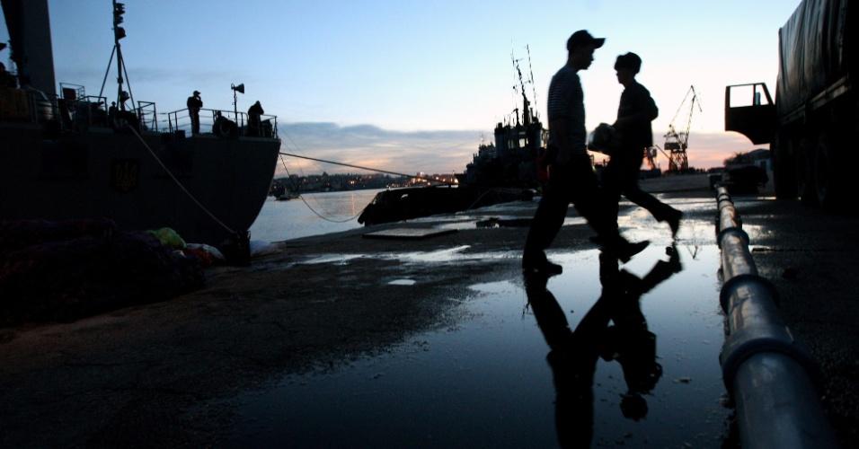 5.mar.2014- Marinheiros ucranianos carregam alimentos para os navio da Marinha nesta quarta-feira (5), na baía de Sebastopol, Crimeia, na Ucrânia. O secretário de Estado dos EUA, John Kerry, anunciou que um