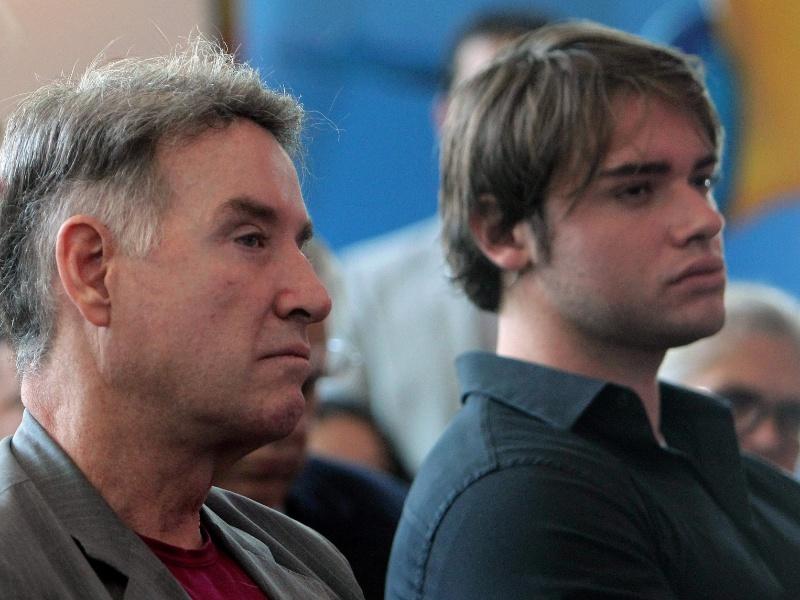 25.set.2012 - Eike Batista ao lado do filho Thor em entrevista coletiva no Rio