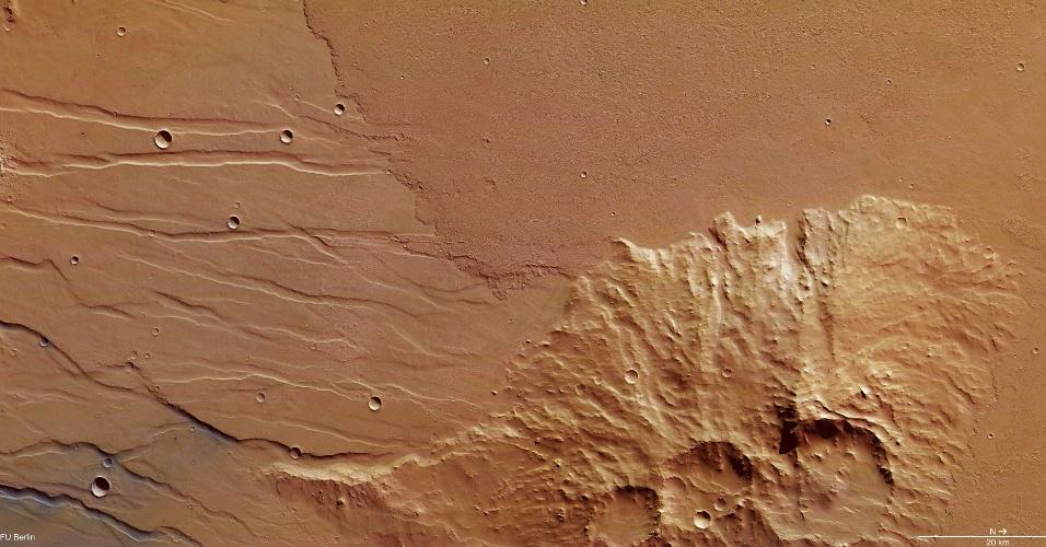 6.mar.2014 - Duas erupções vulcânicas distintas inundaram com lava esta área do Daedalia Planum, fluindo ao redor de um fragmento elevado da antiga planície de Marte. A imagem foi divulgada pela Mars Express da ESA, tirada em 28 de novembro de 2013, na região onde estão os maiores vulcões no planeta vizinho. Acredita-se que a atividade vulcânica na área era bastante intensa até dezenas de milhões anos, o que é relativamente recente na escala de tempo geológica do planeta, que se estende por 4,6 bilhões de anos