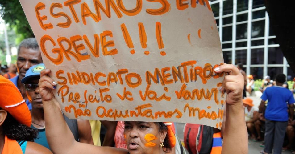5.mar.2014 - Garis que estão em greve por melhores condições de trabalho fizeram um ato nesta quarta-feira (5) em frente à sede da Comlurb (Companhia Municipal de Limpeza Urbana), na zona norte do Rio