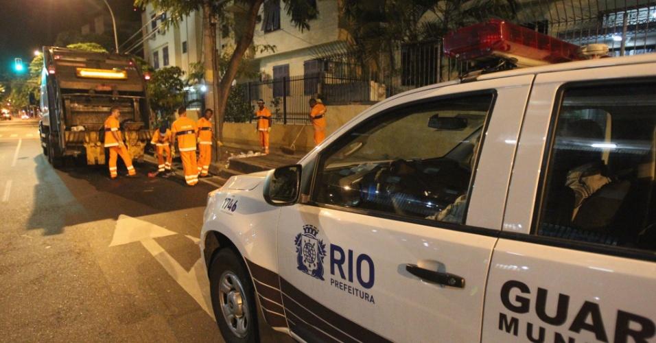 6.mar.2014 - Guardas municipais escoltaram garis durante a coleta de lixo, em Botafogo, zona sul do Rio de Janeiro, na madrugada desta quinta-feira (6)