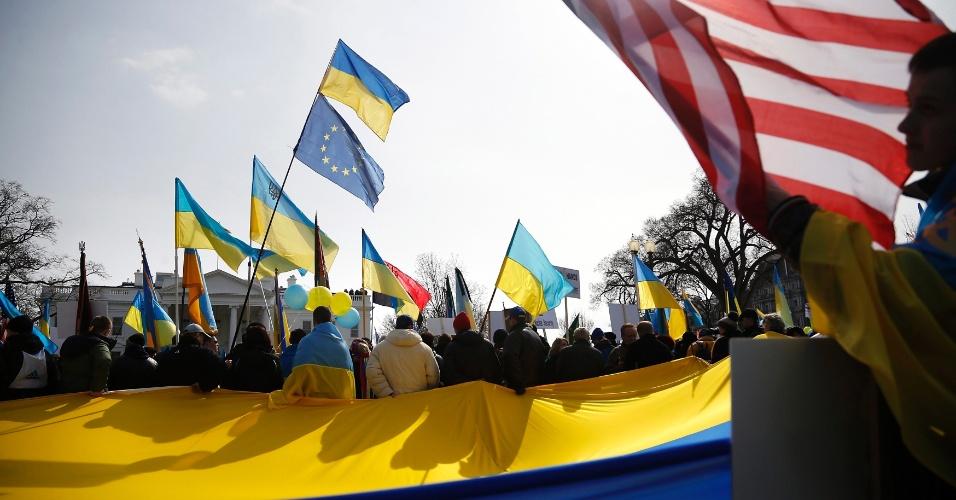 6.mar.2014 - Manifestantes clamam para que os Estados Unidos tome medidas contra as recentes ações da Rússia em relação à Ucrânia, em frente a Casa Branca, em Washington DC, nesta quinta-feira (6)