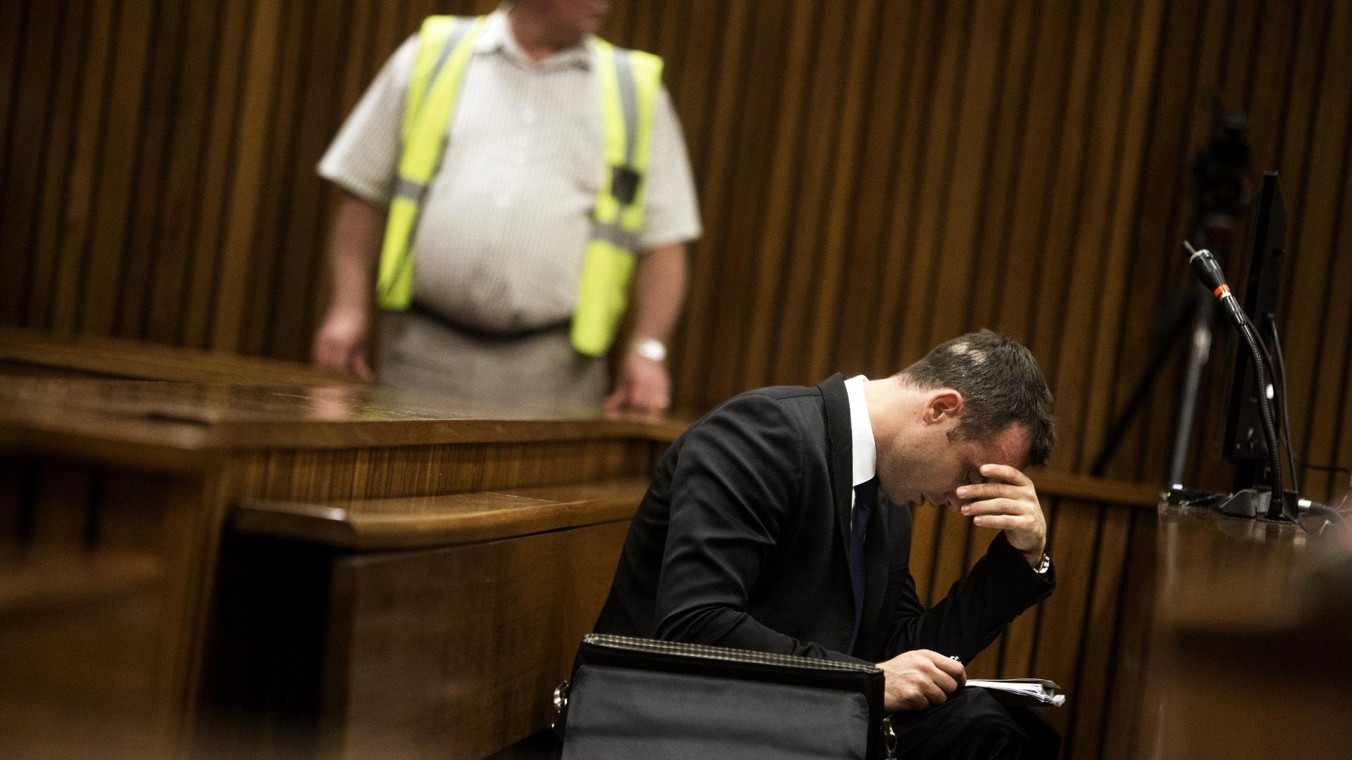 6.mar.2014 - O atleta paraolímpico sul-africano Oscar Pistorius participa do quarto dia de seu julgamento pelo assassinato de sua namorada, Reeva Steenkamp, na Alta Corte de Pretória, nesta quinta-feira (6). Segundo uma testemunha que depôs, em outro caso anterior à morte da modelo, Pistorius disparou uma arma em um restaurante, atingindo o pé de um amigo, e pediu a alguém para levar a culpa