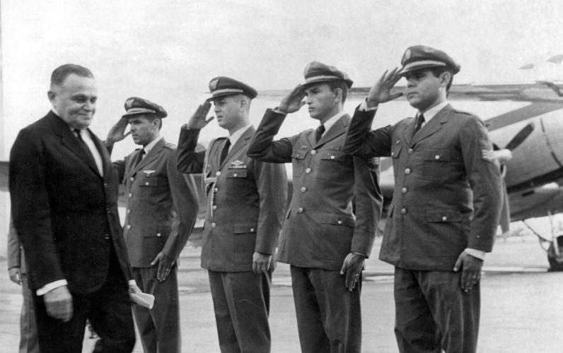 Após o golpe, o primeiro presidente do país foi o general Humberto de Alencar Castello Branco (Arena). Seu governo durou de 1964 a 1967. Na foto, Castello Branco é recebido por soldados que prestam continência, no ano de 1965
