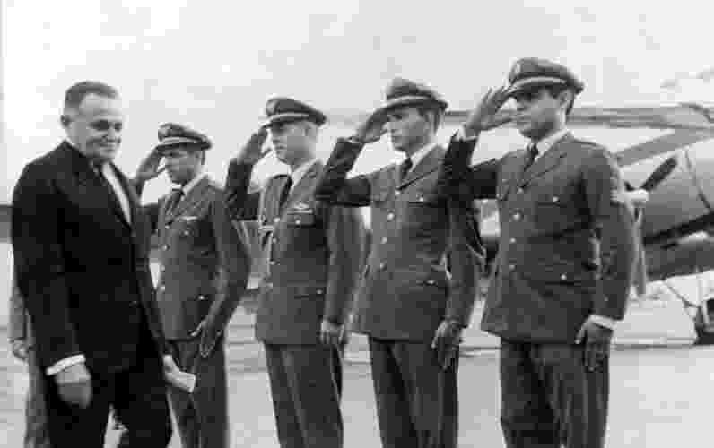 Após o golpe, o primeiro presidente do país foi o general Humberto de Alencar Castello Branco (Arena). Seu governo durou de 1964 a 1967. Na foto, Castello Branco é recebido por soldados que prestam continência, no ano de 1965 - Folha Imagem