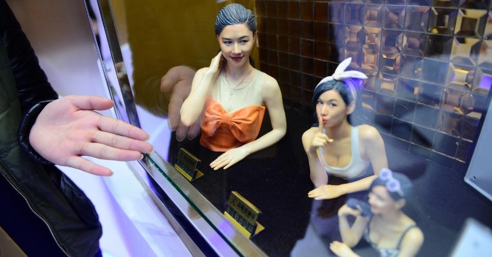 Estúdio de impressão 3D em Nanjing (China) exibe bonecos feitos com impressora 3D. Clientes podem encomendar miniatura com suas feições - a agência de notícias local Xinhua, que divulgou a foto acima, não informa o preço do produto. A pessoa passa por um processo de escaneamento, que leva de três a cinco minutos, e a fabricação demora duas semanas