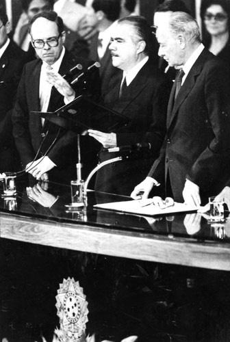 Numa cerimônia de apenas vinte minutos, iniciada às 10h15 no Congresso Nacional, o senador José Sarney (PMDB) foi empossado no cargo de vice-presidente da República. Em seguida, em virtude do impedimento do presidente eleito Tancredo Neves, assumiu a presidência