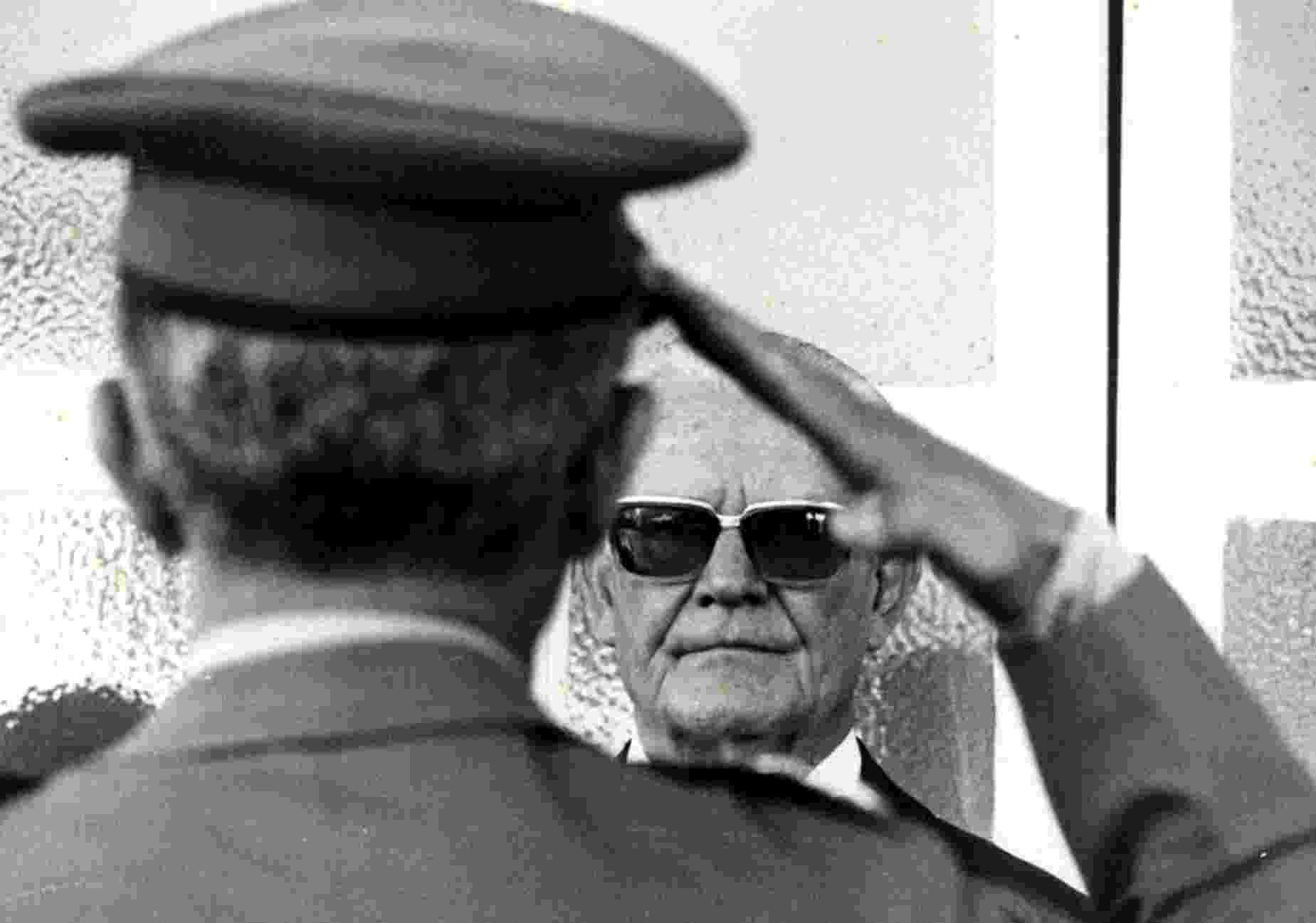 O general e presidente do Brasil Ernesto Geisel recebe cumprimentos em forma de continência de militar - Manoel Pires/Folhapress