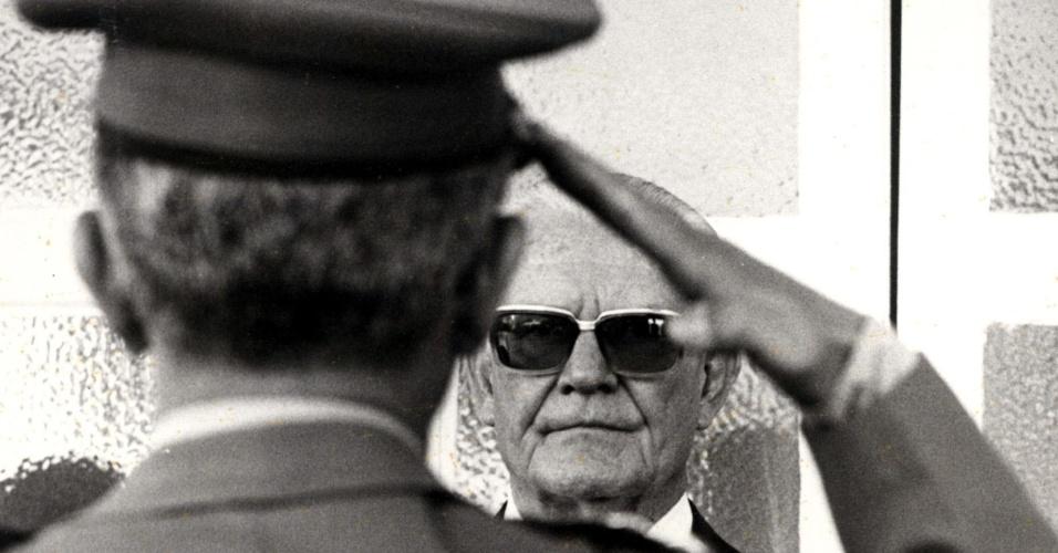 O general e presidente do Brasil Ernesto Geisel recebe cumprimentos em forma de continência de militar
