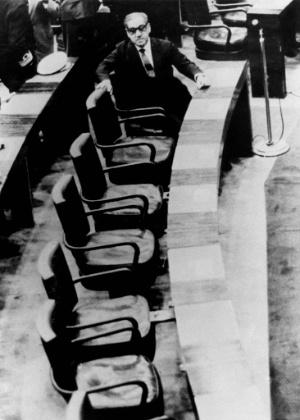 """O marechal Arthur da Costa e Silva (Arena) sucedeu Castello Branco (Arena). Na imagem, o militar aparece no Congresso Nacional, em Brasília, no dia de sua eleição indireta para a Presidência da República, em 1967. Esta foto foi capa da revista """"Veja"""", apreendida quando foi editado o AI-5 (Ato Institucional nº 5), que suspendeu todas as liberdades democráticas e direitos constitucionais. O governo de Costa e Silva durou até 1969, quando saiu devido a problemas de saúde"""