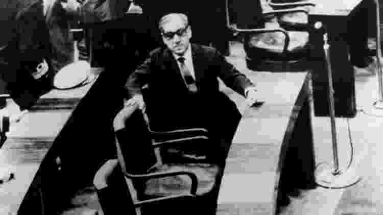 """O marechal Arthur da Costa e Silva (Arena) sucedeu Castello Branco (Arena). Na imagem, o militar aparece no Congresso Nacional, em Brasília, no dia de sua eleição indireta para a Presidência da República, em 1967. Esta foto foi capa da revista """"Veja"""", apreendida quando foi editado o AI-5 (Ato Institucional nº 5), que suspendeu todas as liberdades democráticas e direitos constitucionais. O governo de Costa e Silva durou até 1969, quando saiu devido a problemas de saúde - Roberto Stuckert/Folha Imagem - Roberto Stuckert/Folha Imagem"""