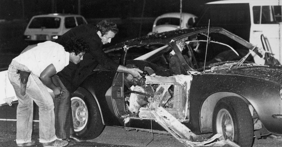 Peritos examinam os destroços do carro Puma, dentro do qual uma bomba explodiu no atentado no Riocentro, centro de eventos em Jacarepaguá, Rio de Janeiro, durante show comemorativo do Dia do Trabalho