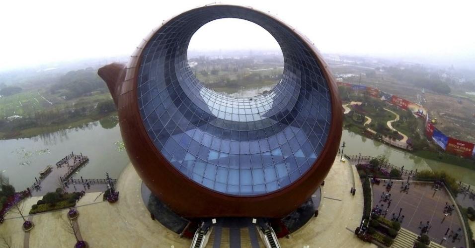 4.mar.2014 - A imagem registra a vista aérea de um edifício em forma de um bule de barro, em Wuxi, província de Jiangsu, na China, nesta terça-feira (4). Localizado em uma área suburbana, o edifício em forma de bule será um salão de exposição cultural quando concluído