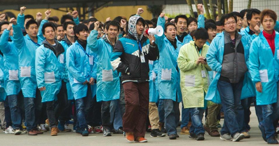 7.mar.2014 - Funcionários da IBM protestam em frente à fábrica da companhia em Shenzhen, na província de Guangdong. Mas de mil trabalhadores entraram em greve por causa dos termos da venda da divisão de servidores da empresa americana para a Lenovo. A operação de US$ 2,3 bilhões foi fechada no fim de janeiro de 2014