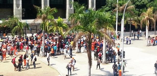 Cerca de 500 garis adeptos à greve manifestaram pelo aumento salarial, pagamento de horas extras e reajuste do auxílio refeição - Hanrrikson de Andrade