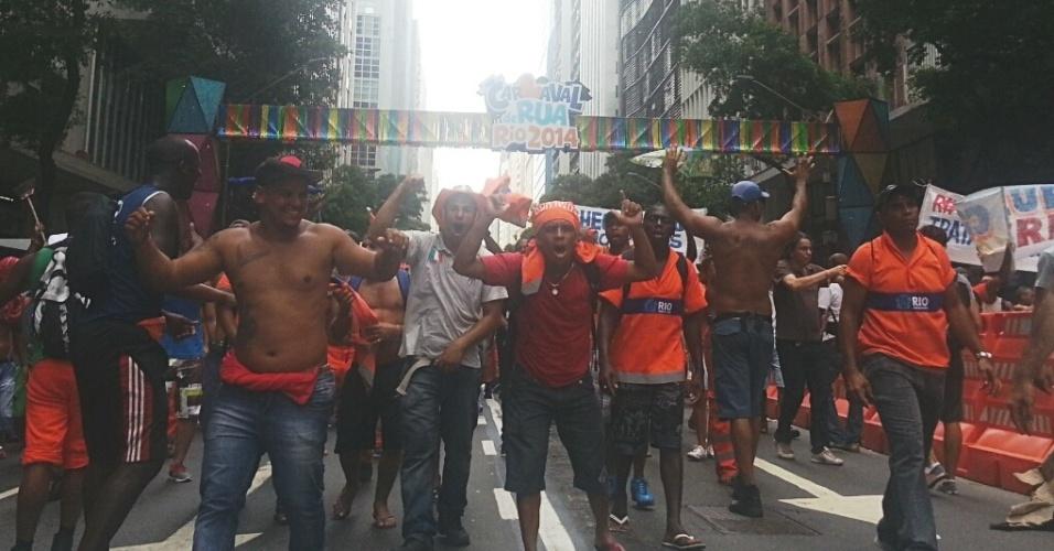 7.mar.2014 - Garis tomam a avenida Rio Branco em passeata no Rio de Janeiro, nesta sexta-feira (7). A Polícia Militar e os agentes de tráfego da CET-Rio tentaram fazer com que os grevistas seguissem em apenas uma faixa, porém desistiram ante ao entusiamos dos manifestantes. O ato segue em clima de bloco de Carnaval