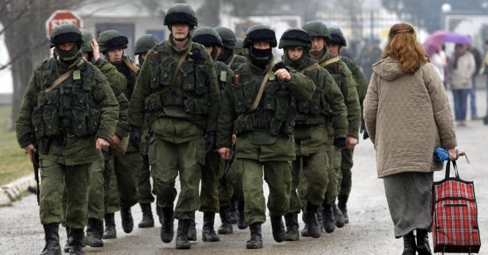 7.mar.2014 - Homens uniformizados, que supostamente pertencerem ao exército da Rússia, andam em formação perto de uma base militar ucraniana na aldeia de Perevalnoye, na região de Sebastopol, nesta sexta-feira (7)