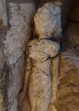 7.mar.2014 - Imagem providenciada pelo Ministério de Estado para Antiguidades Egípcias nesta sexta-feira (7) mostra a estátua de 3.500 anos de idade da filha do faraó Amenhotep 3°, na cidade-templo de Luxor. Uma equipe composta por especialistas egípcios e europeus descobriu a estátua da princessa Iset, que tem 1,70 m de altura e 52 cm de largura, durante trabalho de renovação no necrotério do templo de Amenhotep 3º na margem ocidental de Luxor, segundo informou o ministério