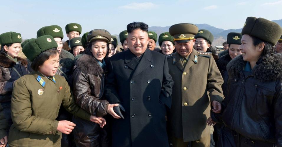 7.mar.2014 - Líder norte-coreano Kim Jong-un conversa com membros do Exército do Povo durante visita, em foto sem data, divulgada nesta sexta-feira (7) pela agência oficial de notícias