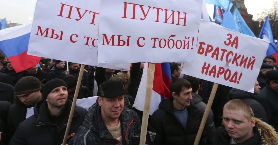 7.mar.2014 - Manifestantes perto das muralhas do Kremlin, no centro de Moscou, em um protesto apoiando a Rússia em relação a Criméia, nesta sexta-feira (7). Nos cartazes se lê: