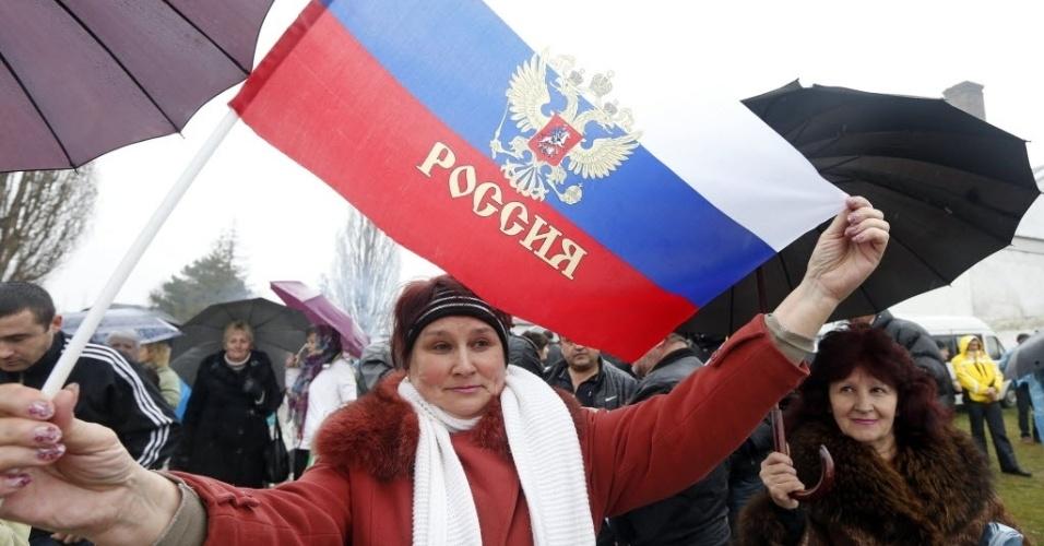 7.mar.2014 - Manifestantes pró-Rússia se reúnem perto de uma base militar ucraniana na aldeia de Perevalnoye, próximo a Sebastopol, nesta sexta-feira (7). A Ucrânia está pronta para conversações com a Rússia, mas para isso Moscou deve primeiro retirar suas tropas, cumprir os acordos internacionais e suspender o seu apoio aos