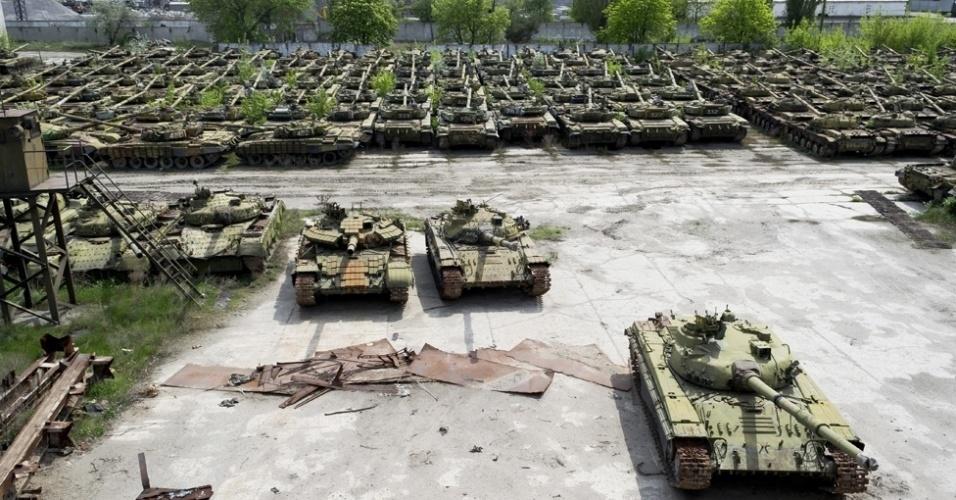7.mar.2014 - Na cidade de Kharkov, na parte ocidental da Ucrânia, filas e mais filas de relíquias enferrujadas formam um 'cemitério' de equipamentos militares. Mais de 400 tanques ficam neste local, que já foi um movimentado centro de reparos deste tipo de veículo em seu auge