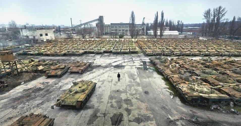 7.mar.2014 - Na cidade de Kharkov, na parte ocidental da Ucrânia, filas e mais filas de relíquias enferrujadas formam um 'cemitério' de equipamentos militares. Mais de 400 tanques ficam neste local que já foi um movimentado centro de reparos deste tipo de veículo em seu auge. A área é patrulhada, mas para a sorte do fotógrafo Pavel Itkin, de apenas 18 anos, não havia ninguém por lá quando ele foi fotografá-la