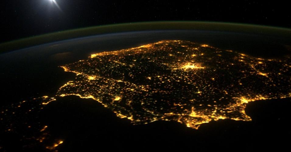 7.mar.2014 - Península Ibérica é vista desde a ISS (Estação Espacial Internacional) durante a noite. O ponto mais luminoso, ao centro da imagem, é Madri, capital espanhola, enquanto que à esquerda vê-se o estreito de Gibraltar, que separa a Europa da África. Portugal encontra-se logo acima na imagem