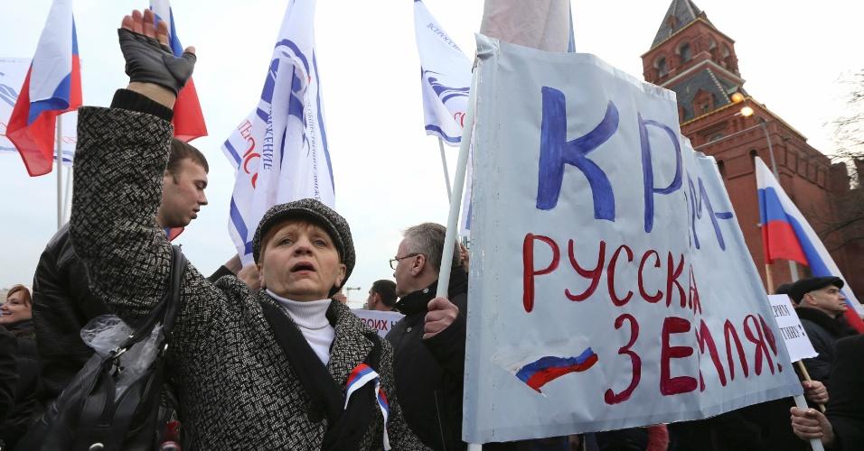 7.mar.2014 - Pessoas em um comício em pró-Rússia em relação a Crimeia, perto das muralhas do Kremlin no centro de Moscou, nesta sexta-feira (7) O cartaz diz: