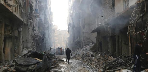 7.mar.2014 - Pessoas observam local destruído por um ataque em Aleppo