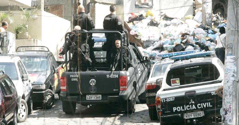 7.mar.2014 - Policiais da Coordenadoria de Recursos Especiais (Core) da Polícia Civil realizam uma operação na comunidade do Pavão-Pavãozinho, entre os bairros de Copacabana e Ipanema, na Zona Sul do Rio de Janeiro, na manhã desta sexta-feira (07). O objetivo é encontrar os bandidos que atacaram, a tiros, os peritos da corporação o os PMs da Unidade de Polícia Pacificadora (UPP) da comunidade